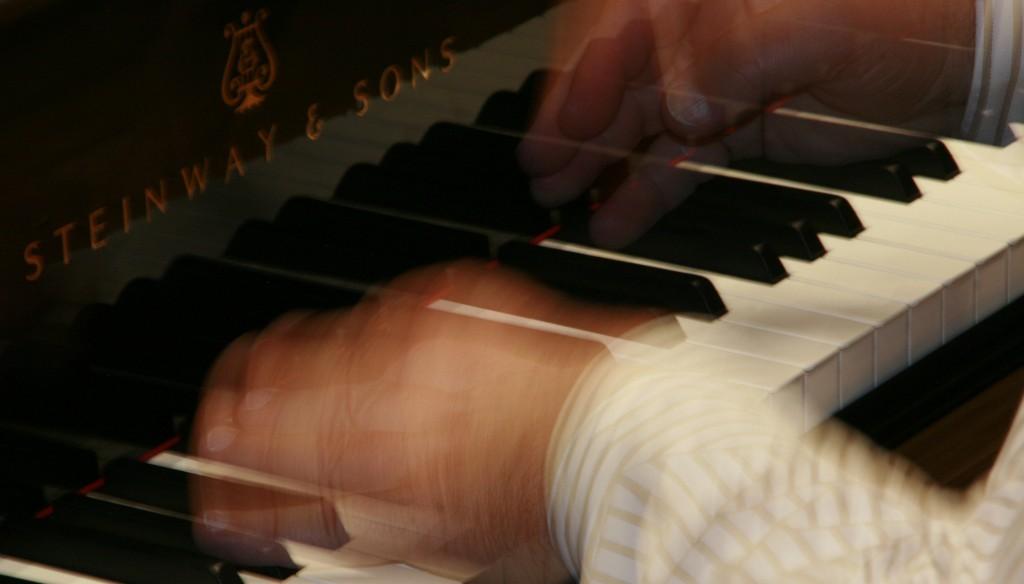 Guillermo González tocando el piano | Escuela Cedam