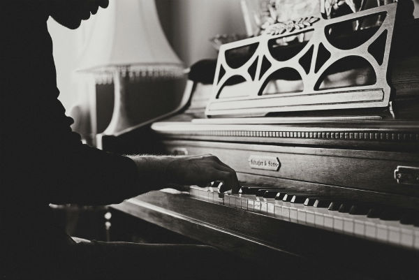 Descubre las actitudes del intérprete musical con nuestro taller de presencia escénica
